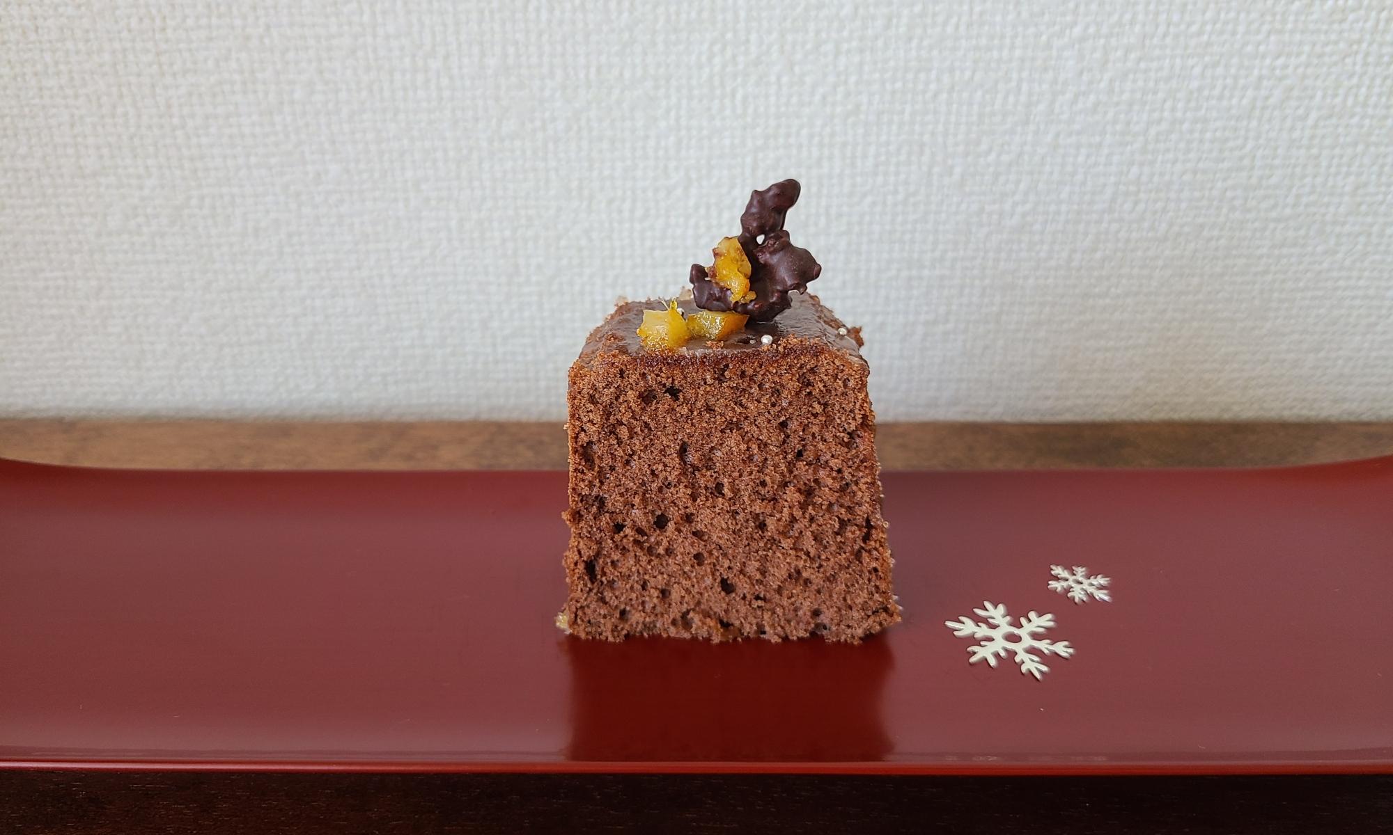 朱漆器の上にカットされたケーキが盛り付けられています。