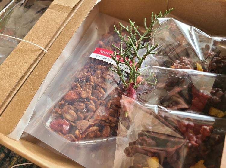 グラノーラとアーモンドショコラが箱詰めされています。