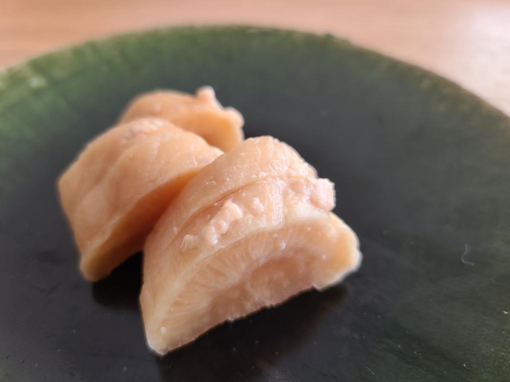 大根の粕漬けが織部皿に盛り付けられています。