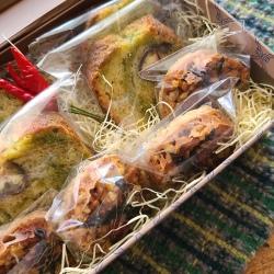 箱の中に袋詰めされた焼き菓子が並んでいます。