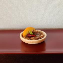 朱漆長皿にフロランタンモナカが1つ。