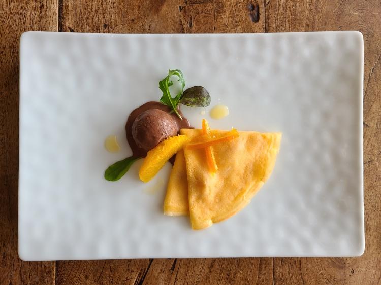白皿にクレープとショコラソルベ、オレンジピールなどが盛り付けられています。