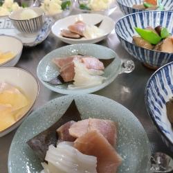 かすの子や煮しめ、昆布〆などが盛り付けられたお皿が並んでいます。