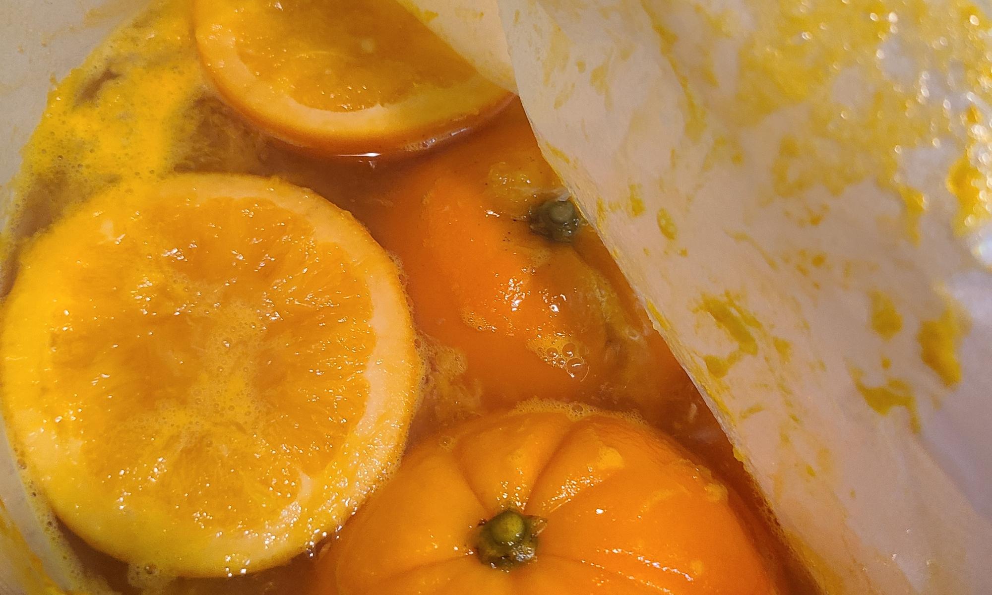 コトコト煮ている鍋いっぱいのオレンジ