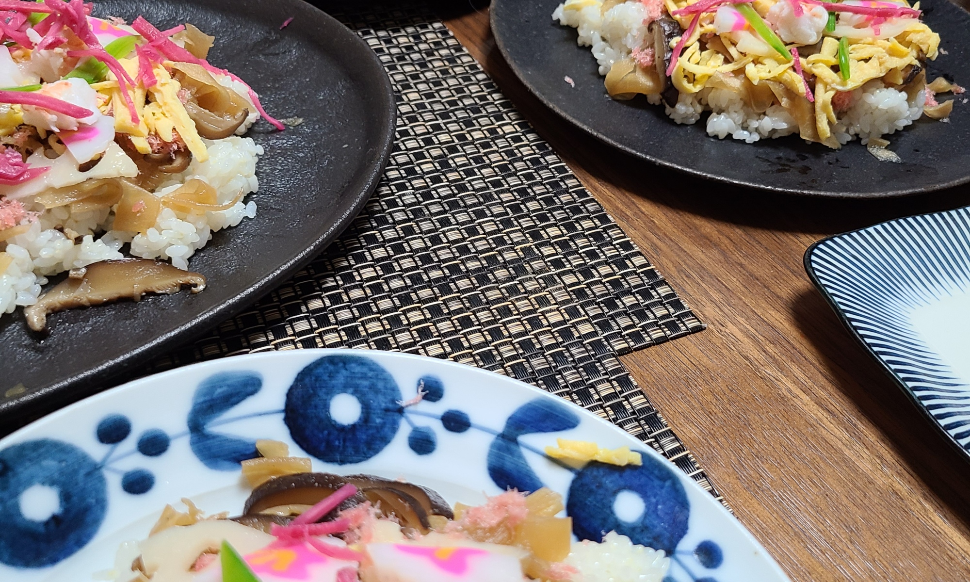 ばら寿司を盛り付けている風景