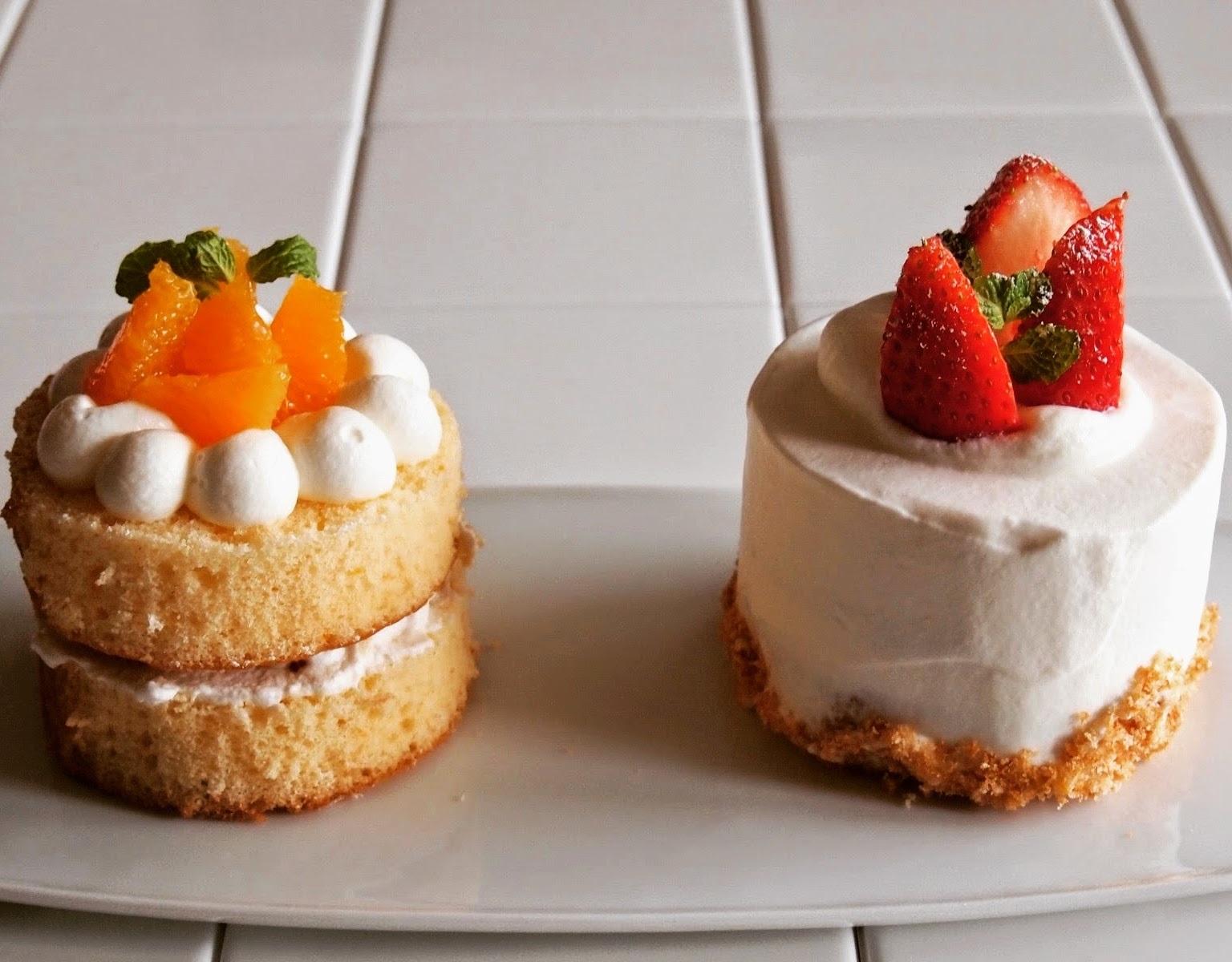 丸型の苺のショートケーキとオレンジのショートケーキ