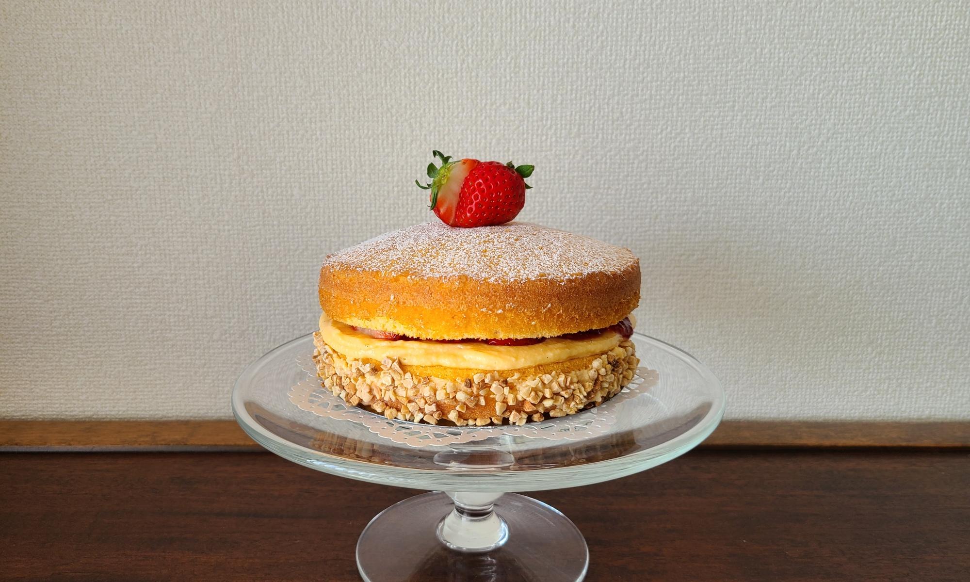 ガラスのケーキスタンドにビクトリアンケーキ