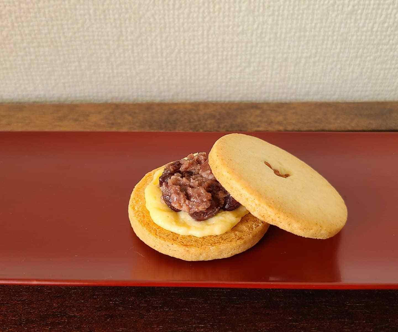 朱漆器に発酵小豆とクリームがサンドされたクッキー