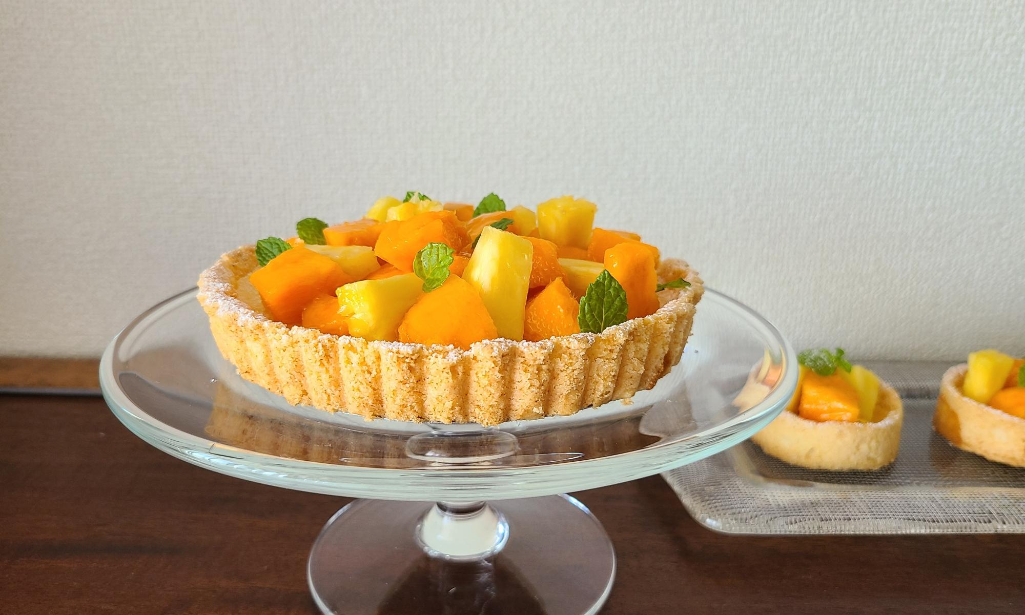 ガラスケーキスタンドにマンゴーパインのチーズタルトが1台