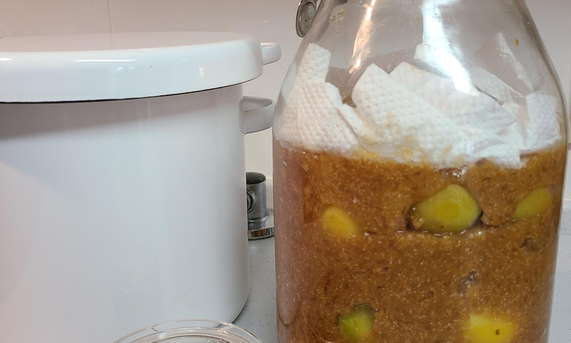 梅みそ、梅干し、梅醤油、其々の容器に仕込まれています
