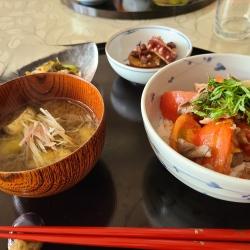 トマトたっぷり丼や味噌汁&小鉢料理
