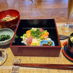 お重に入ったちらし寿司、茶碗蒸しなどが並んでます。
