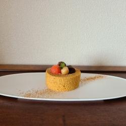 カットロールケーキの上に葛餅や小豆がデコレーション