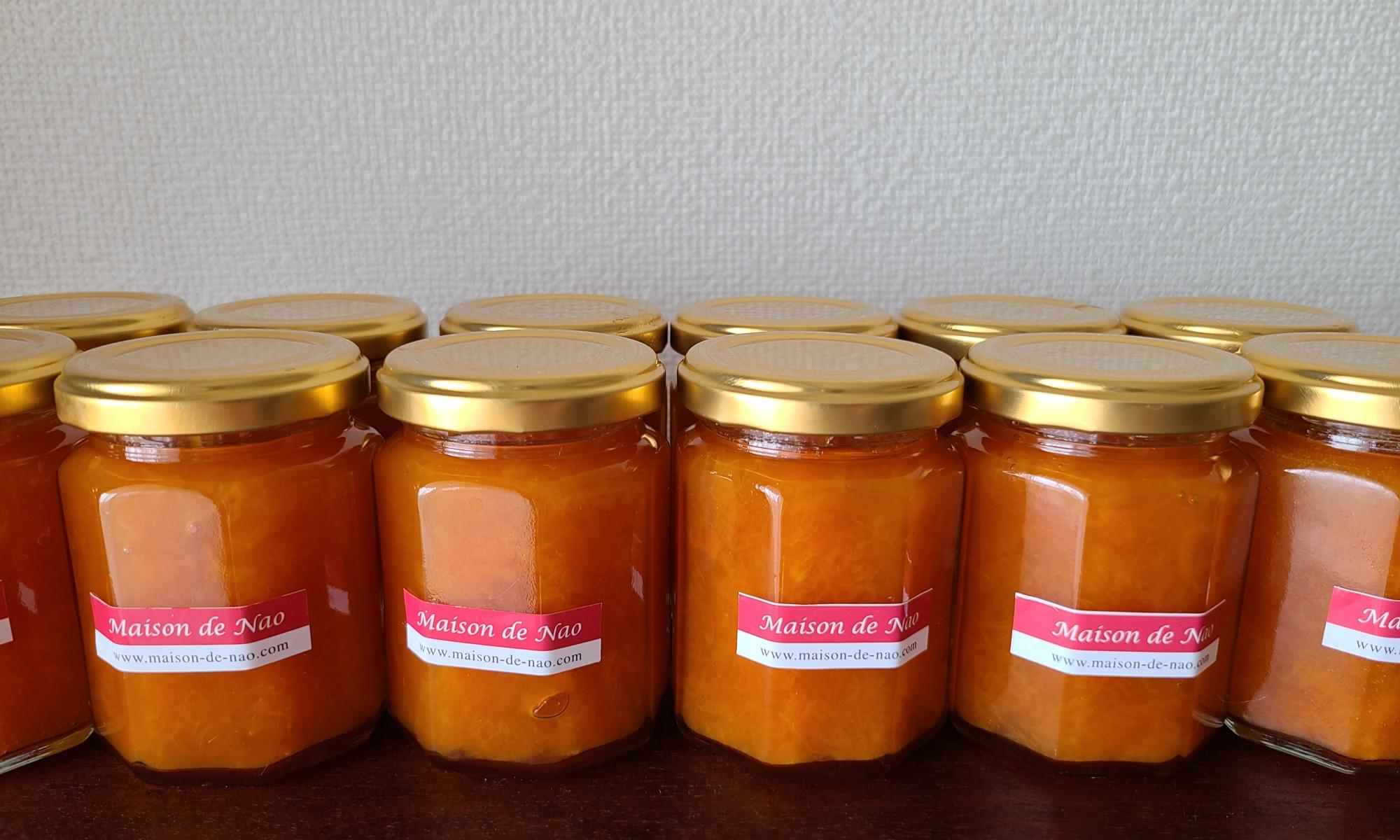 瓶詰めされた杏ジャムが沢山並んでいます。