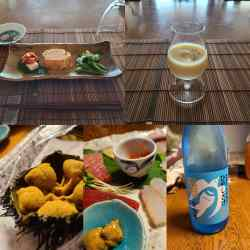 皿盛りの寿司ネタや日本酒、スープなど
