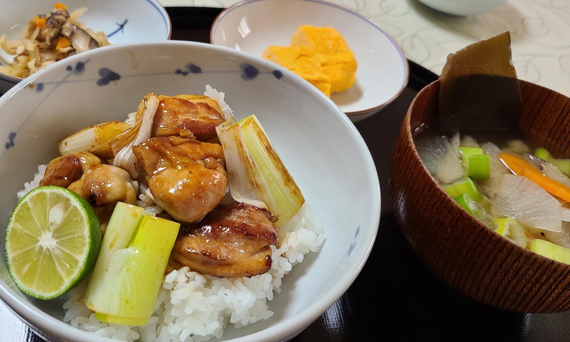 焼鳥丼・切り干し大根煮・だし巻き玉子・野菜味噌汁