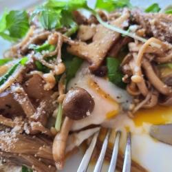 茸たっぷりのガレットをカットし卵がトロリ