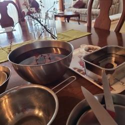 栗の甘露煮の下準備道具が並んでいます